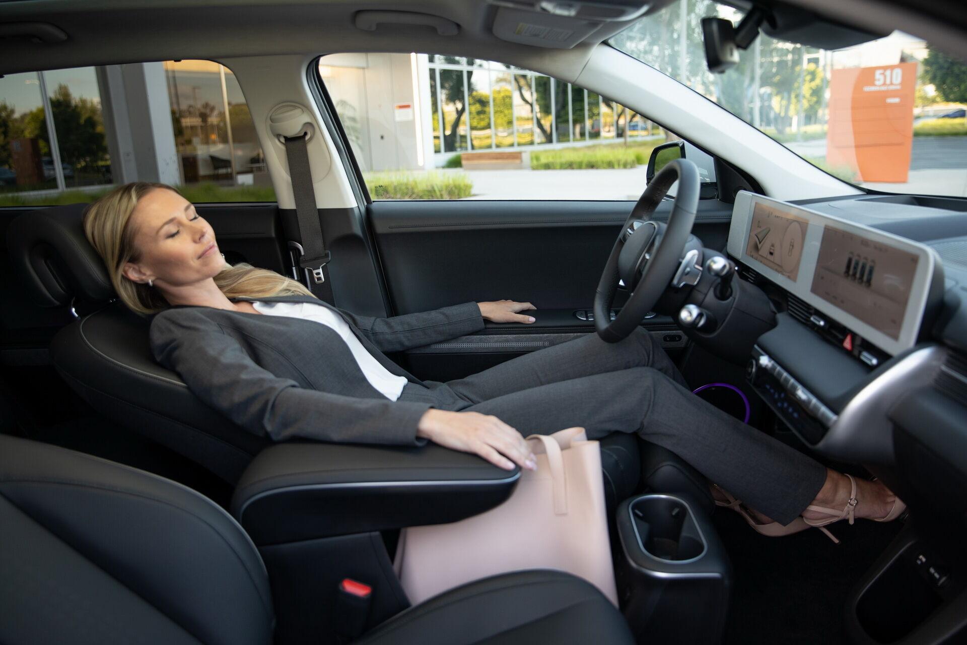 Водійське сидіння можна відкидати назад