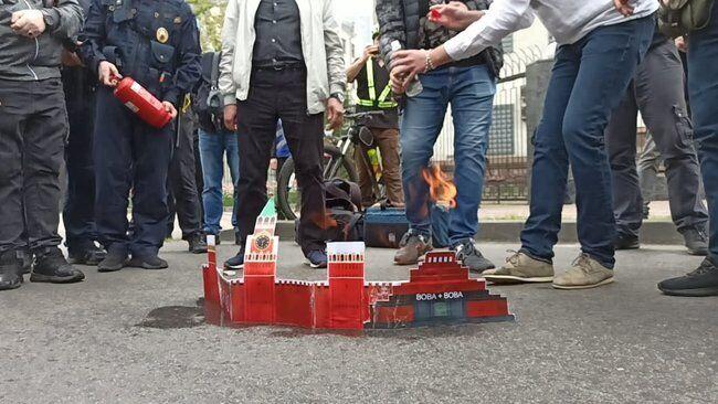 Активисты сожгли макет Кремля.