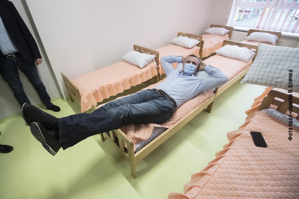 """Кличко """"полежал"""" на детской кровати."""