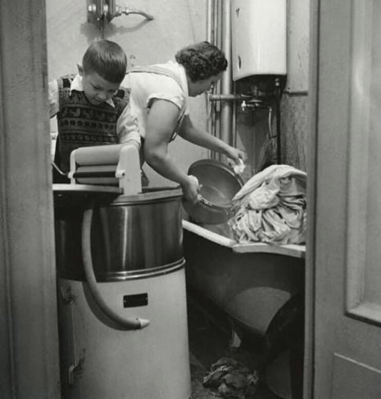 Жінка займається пранням