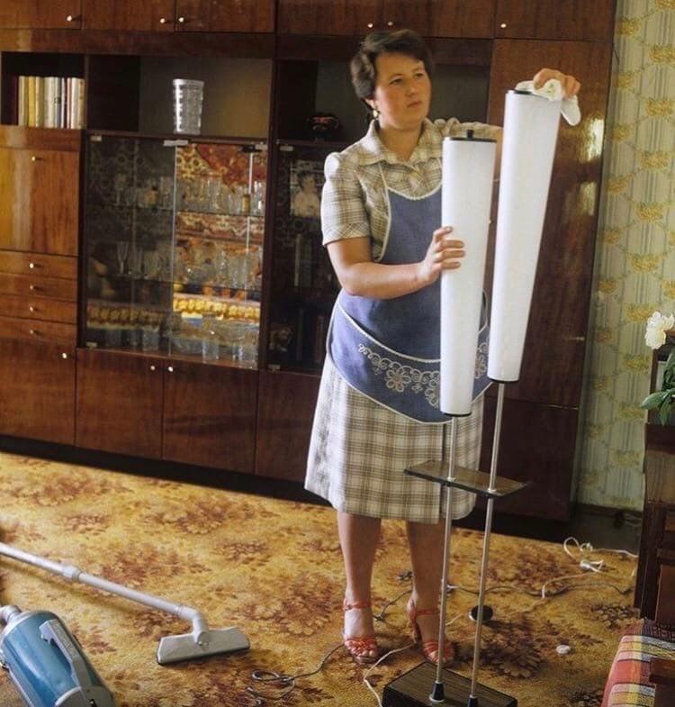 Жінка прибирає.