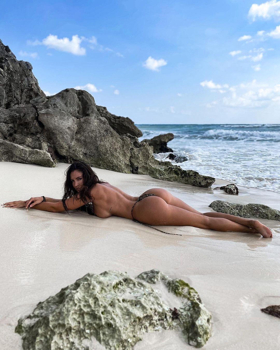 Люсія Яворчекова ніжиться на білому піску тропічного пляжу