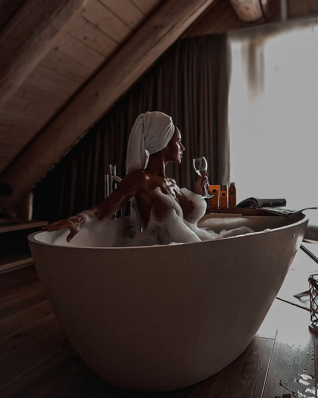 Люсія Яворчекова гола у ванній