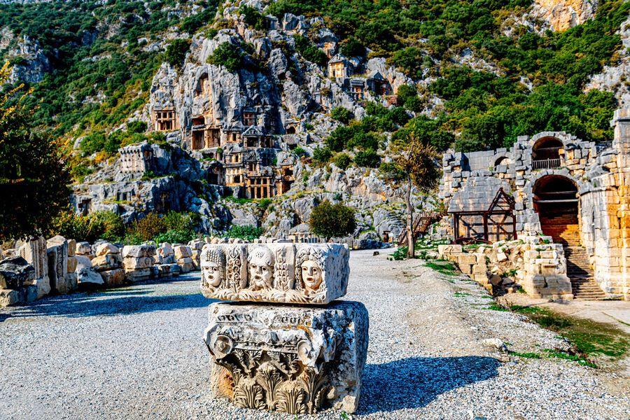 Фрагменты декорации амфитеатра с некрополем на заднем плане в Патаре