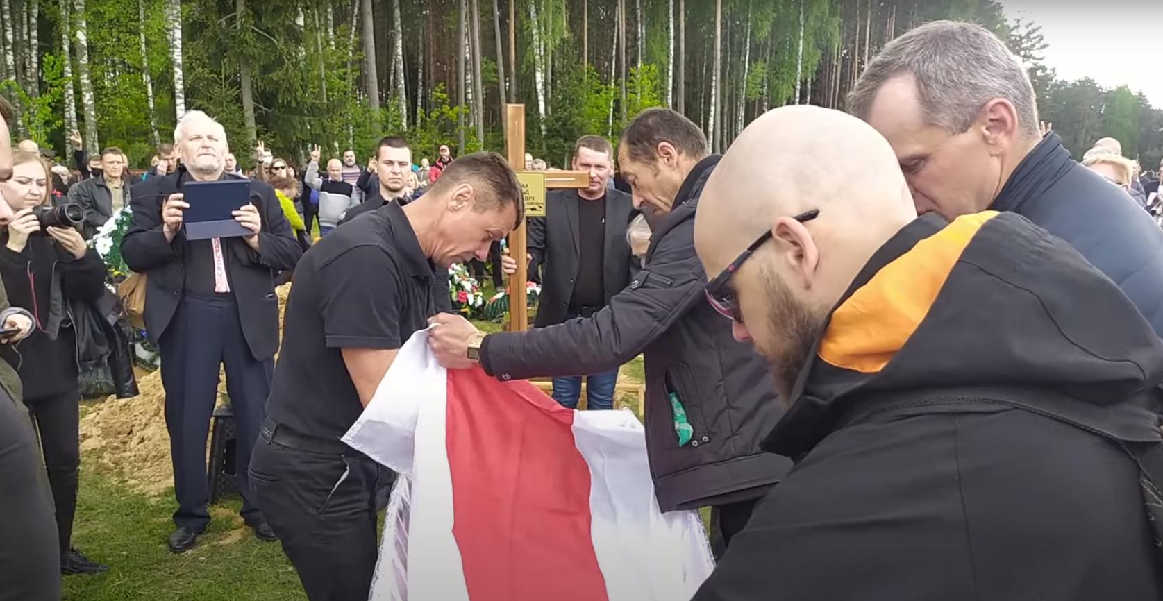 Витольда Ашурка похоронили с бело-красно-белым флагом.