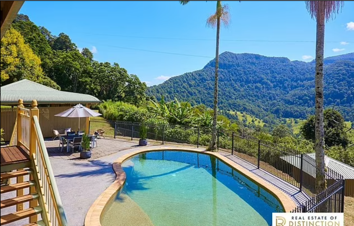 На территории дома Дэвида Боуи есть бассейн