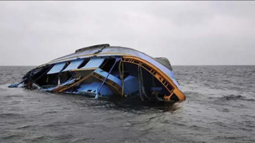 Потерпевшее крушение судно.