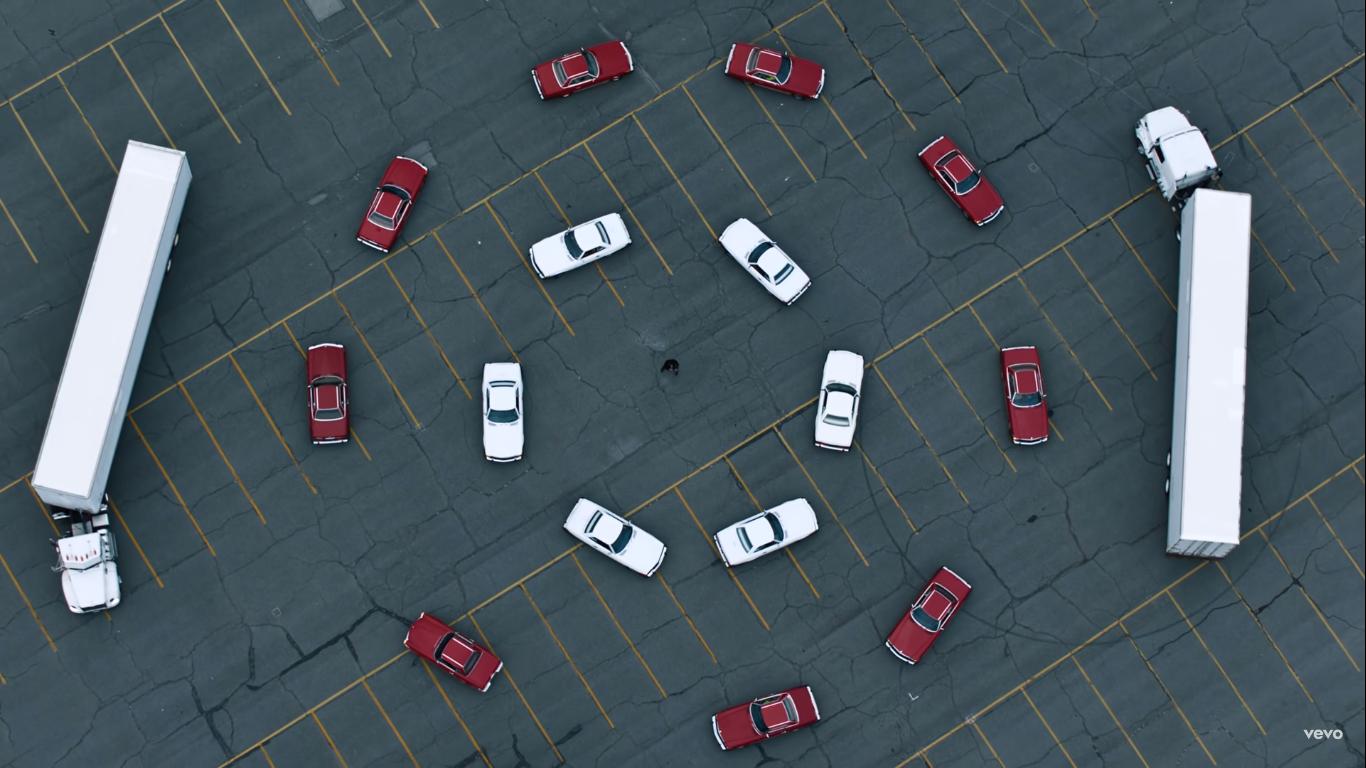 The Weeknd, навколо якого кружляють автомобілі
