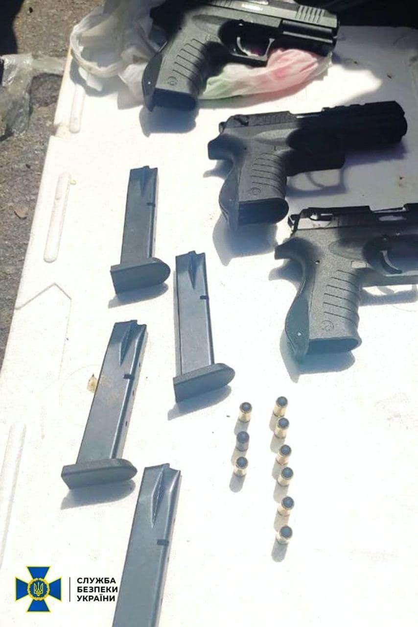 Його спіймали під час спроби продати три пістолети.