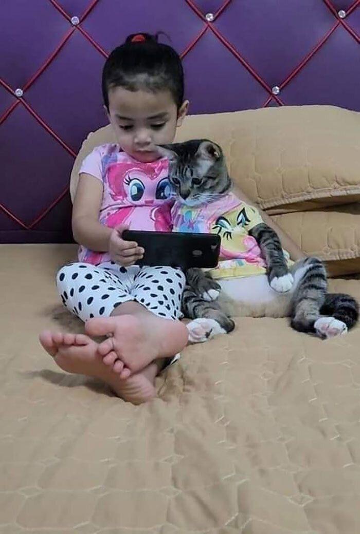 Котик дивиться мультики з донечкою