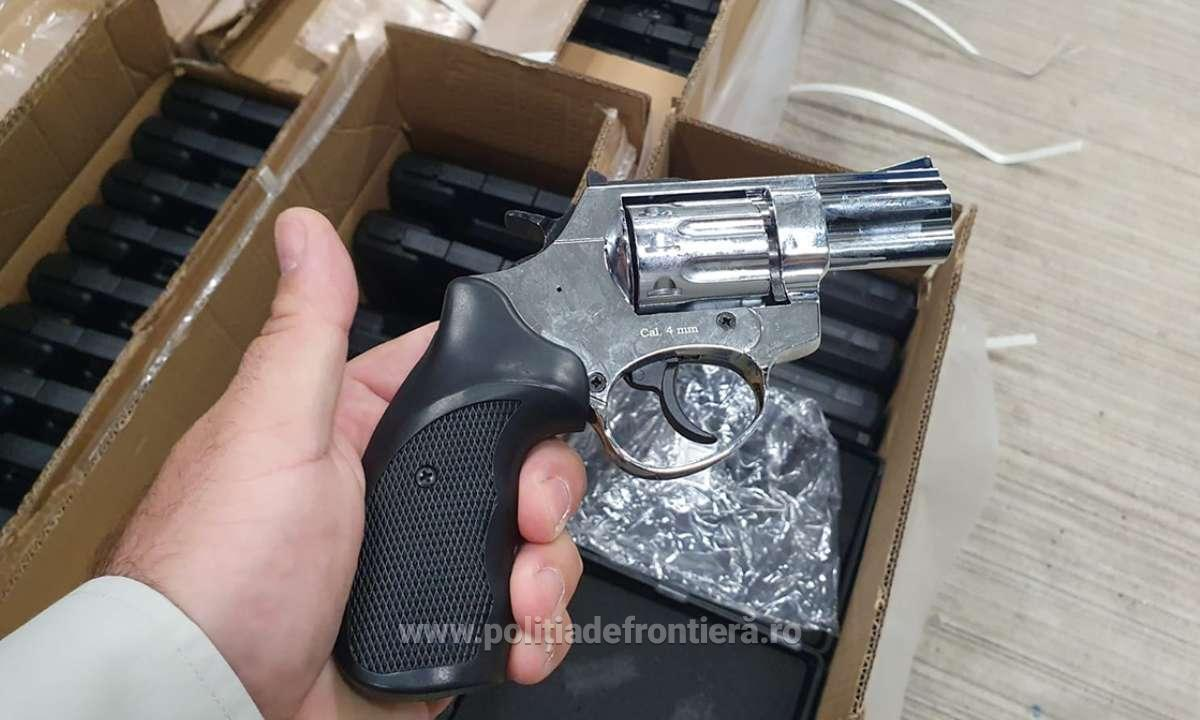 Было найдено 2850 пистолетов с патронами к ним