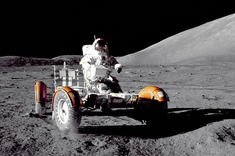 "Командир миссии ""Апполон-17"" Юджин Сернан на луноходе"