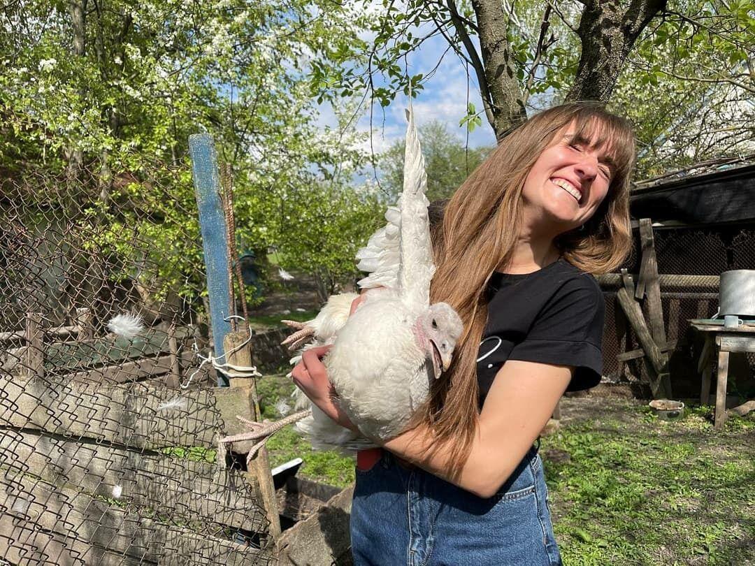 Даша Евтух радует поклонников сельскими роликами