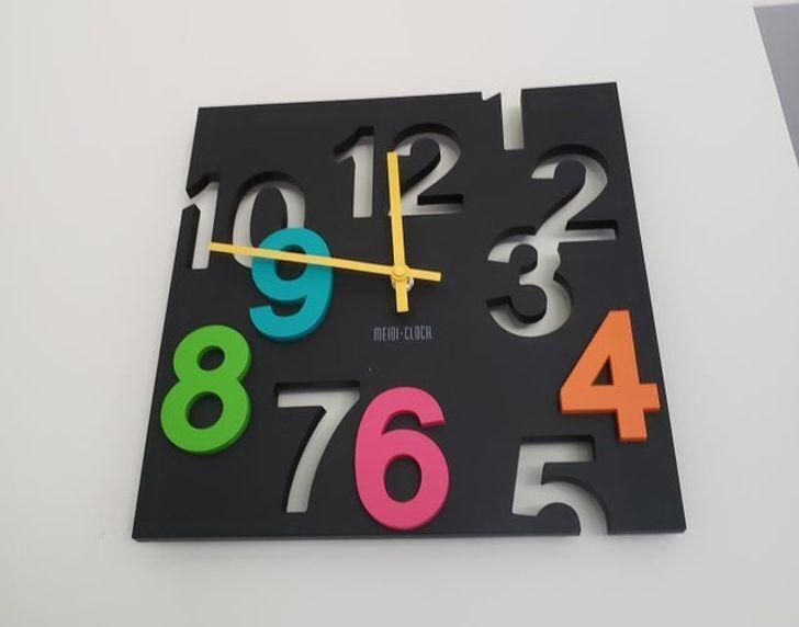 На часах забыли цифру 11.
