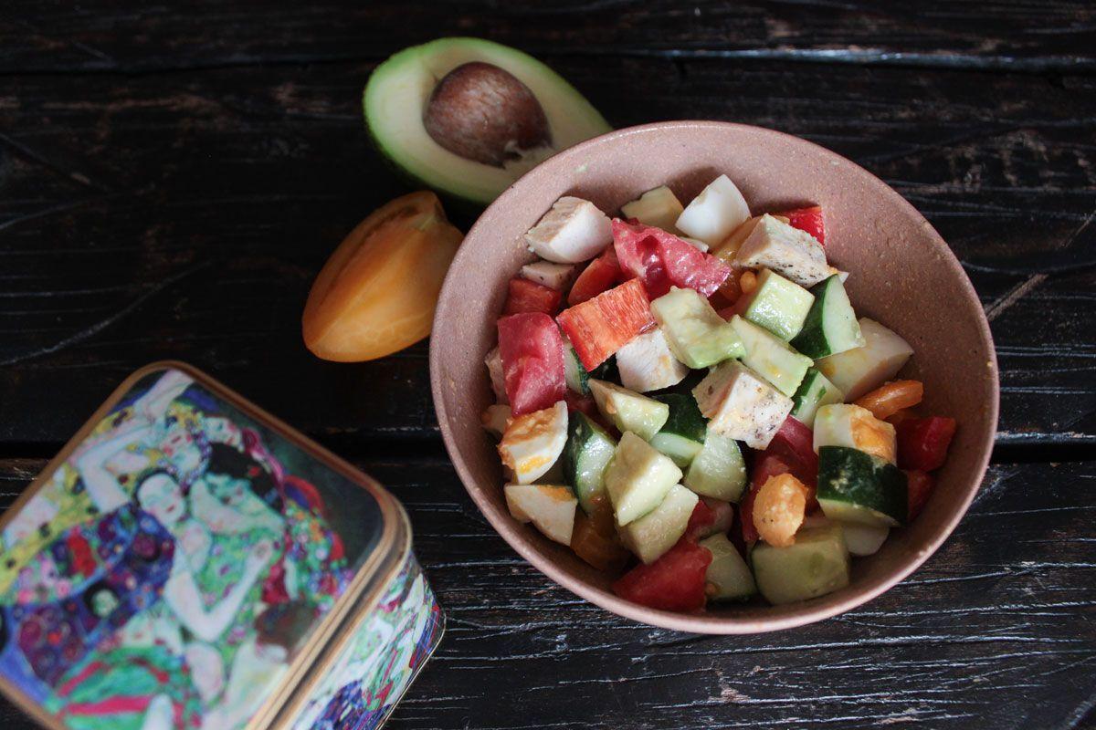 Салат в овочами і курячими грудками