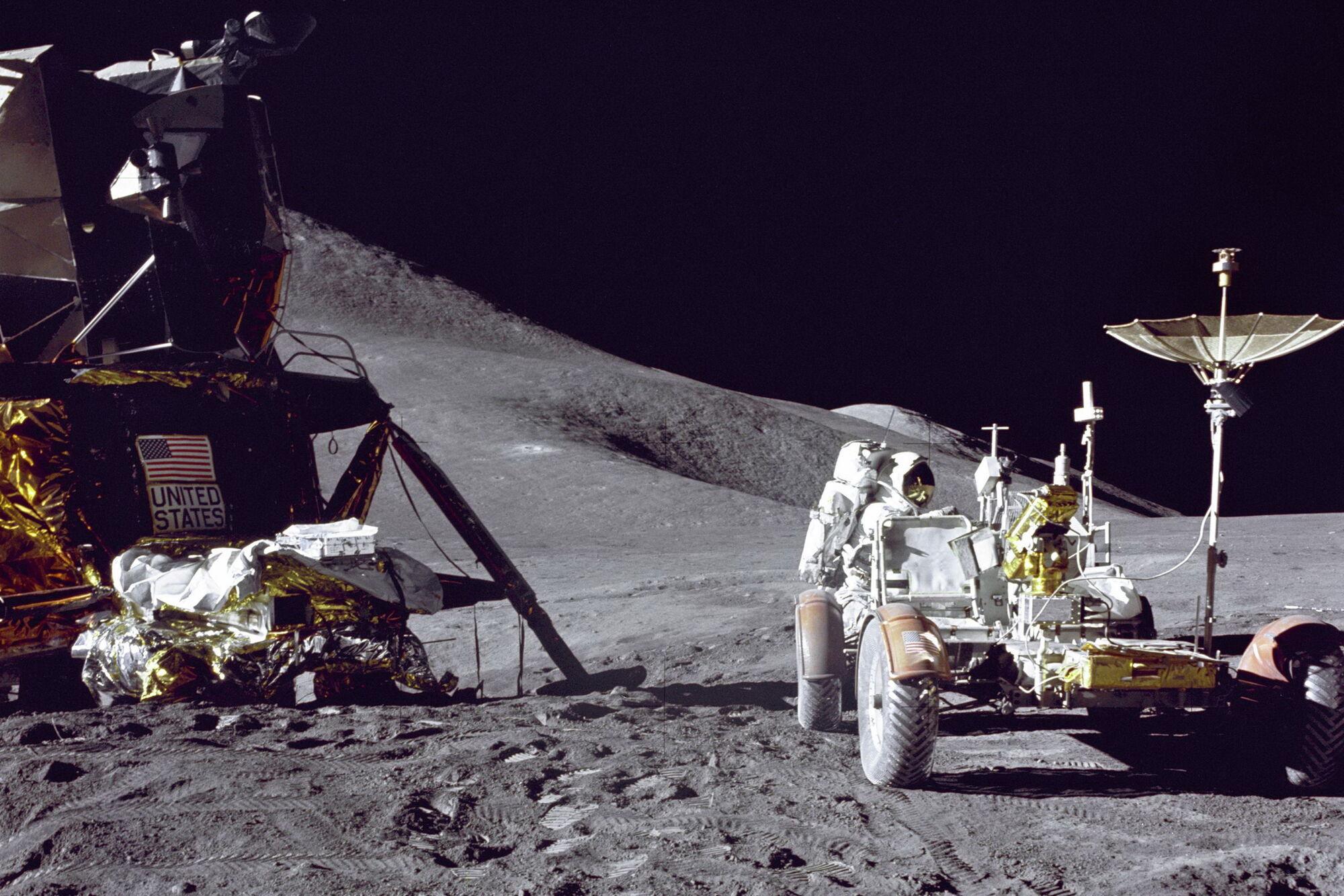 """Джим Ирвин загружает луноход миссии """"Аполлон-15"""""""