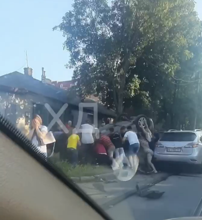 Авто вдалося перевернути на бік.
