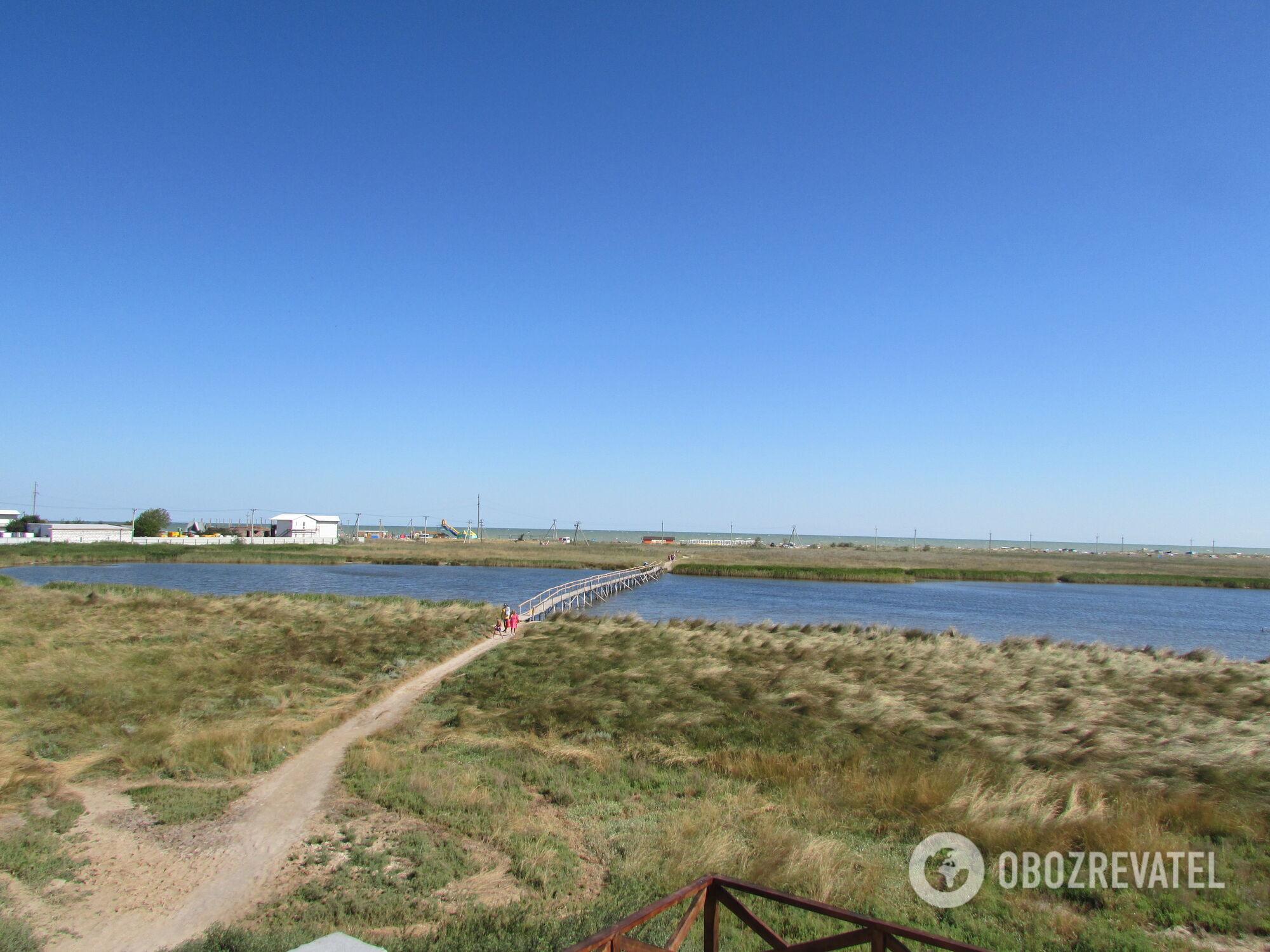 На Арабатской стрелке находятся три курортных поселка: Геническая Горка, Счастливцево и Стрелковое