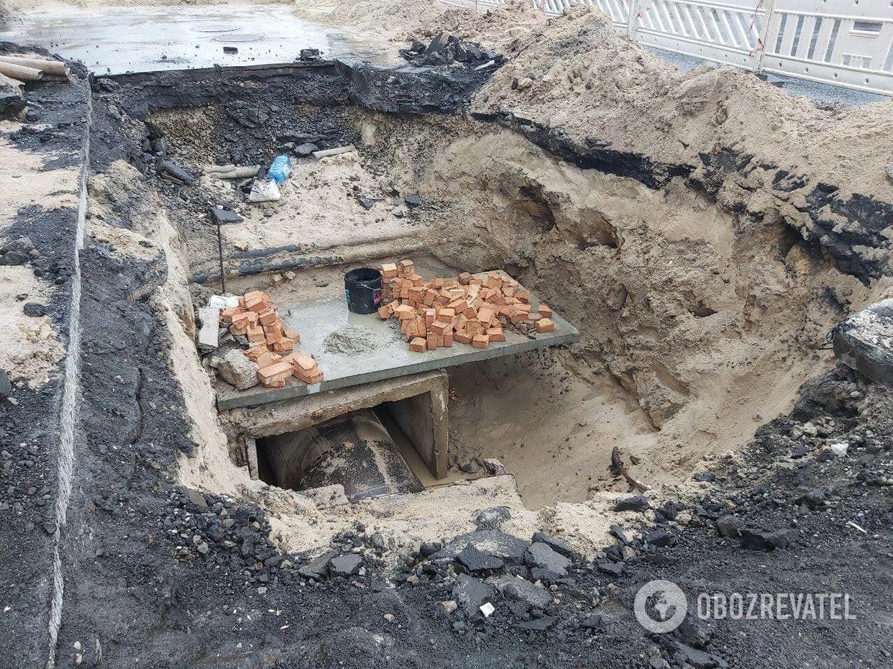 Коммунальщики еще не приступили к ремонту из-за ливня.