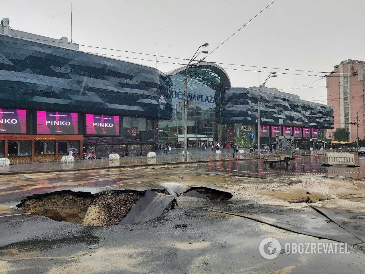 """На """"Лыбедской"""" образовался огромный провал посреди дороги."""