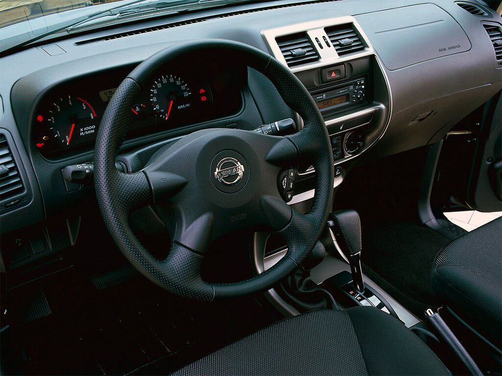 Интерьер Nissan Terrano кажется старым, как и весь автомобиль