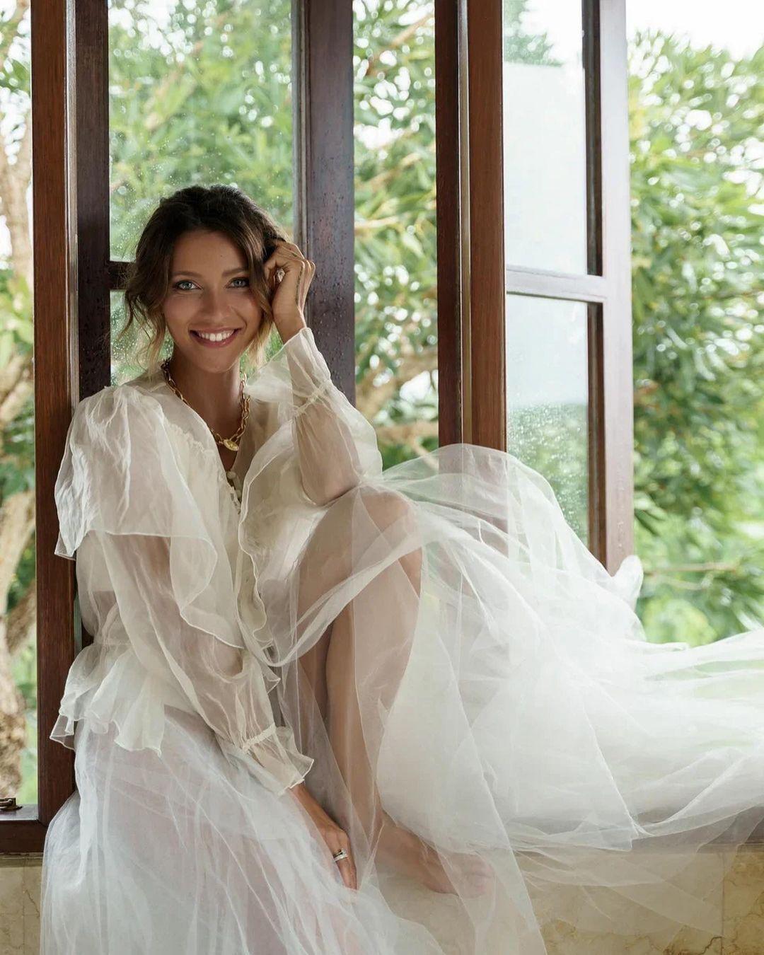 Регина Тодоренко позирует в полупрозрачном платье