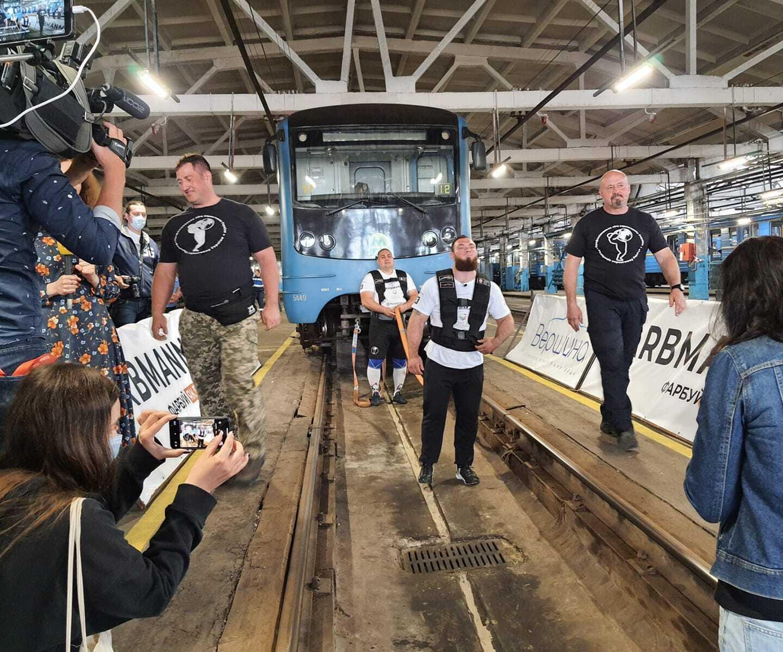 Мужчины смогли протянуть состав из 8 вагонов на 20 метров.