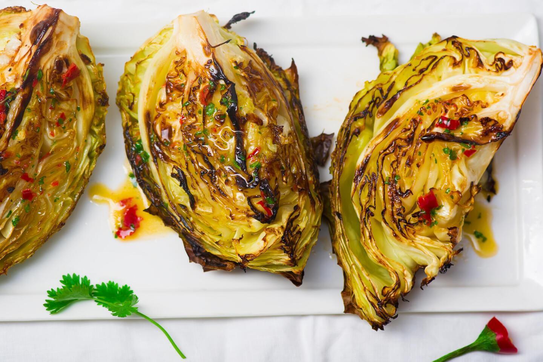Стейк из капусты с сыром и специями