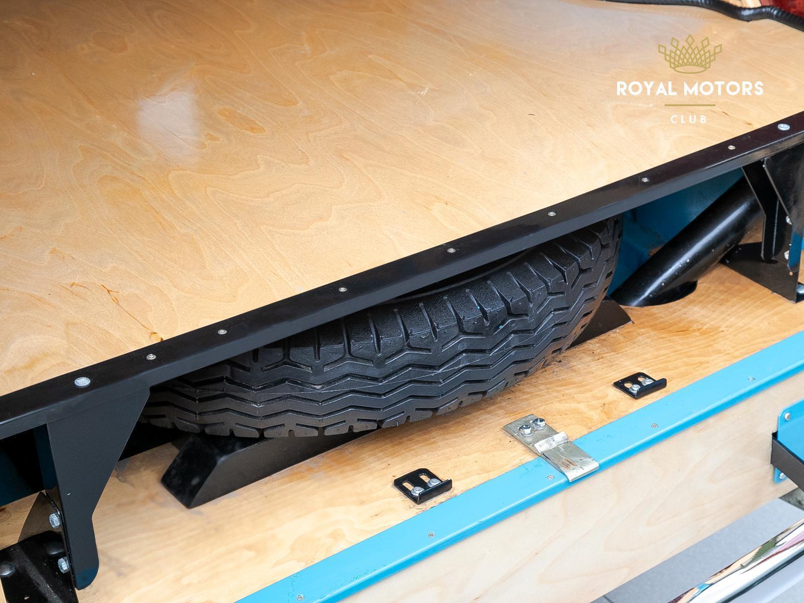 Під підлогою фургона є відділення для запасного колеса