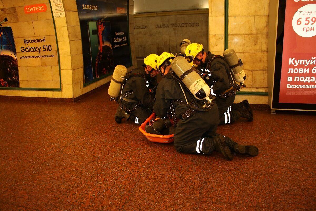"""Спасатели оказали помощь """"пострадавшим""""."""