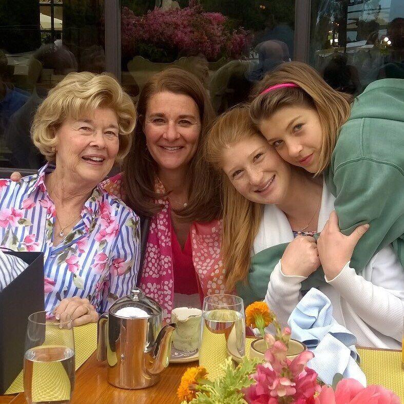 Мелинда Гейтс со своей мамой и дочерьми Дженнифер и Фиби