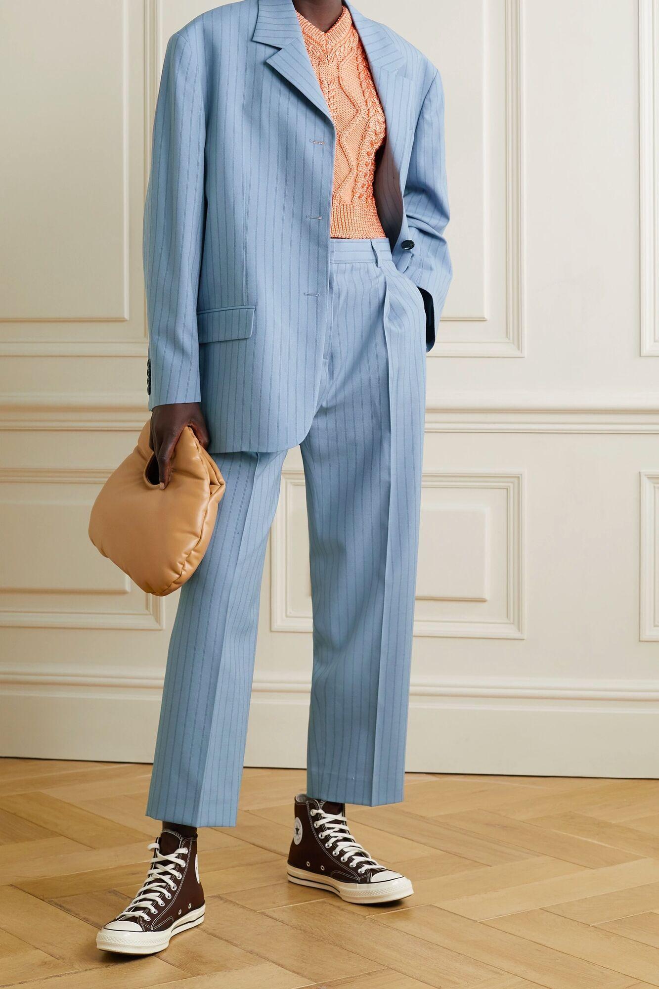 Модный костюм в тонкую полоску