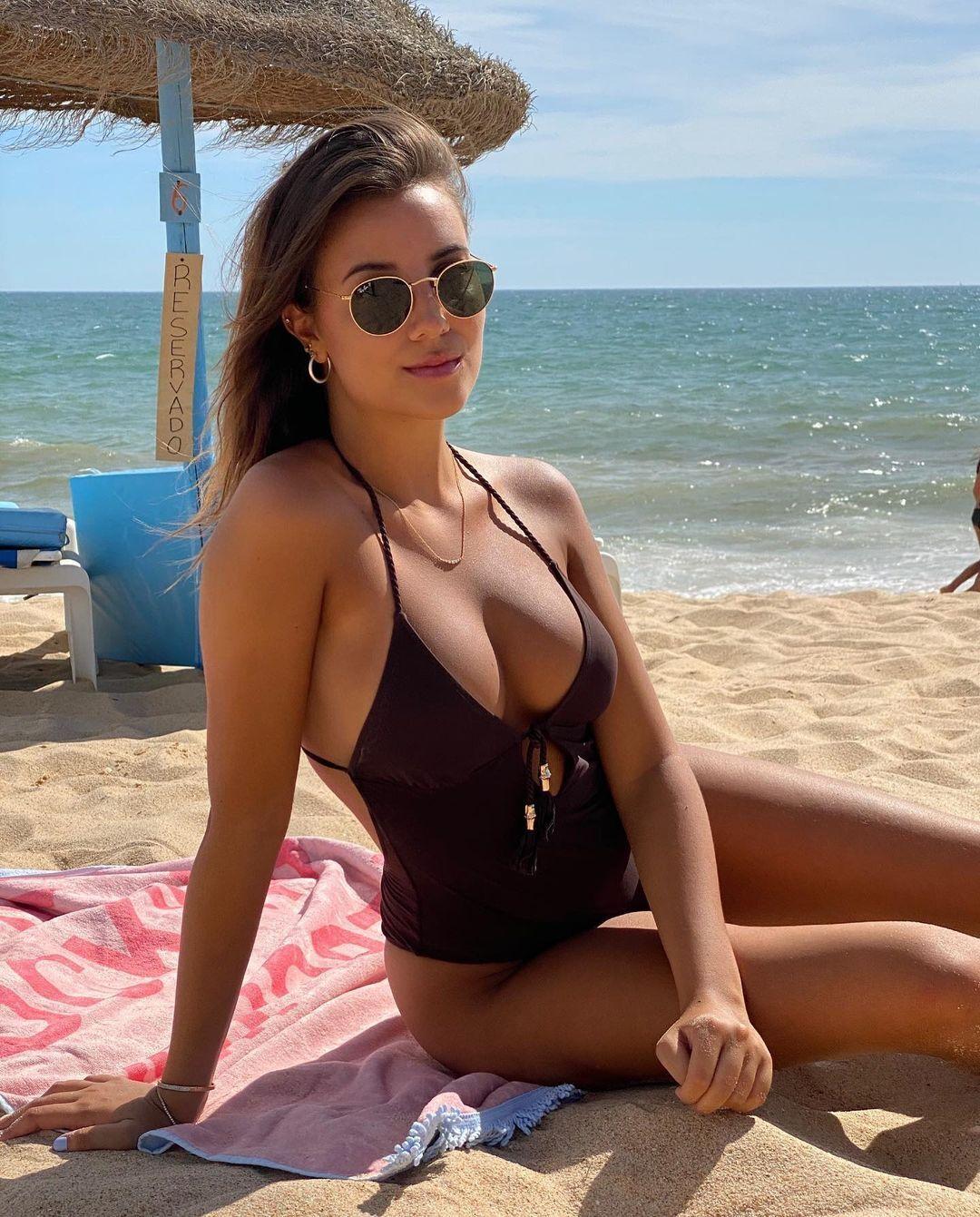 Эйприл Айви на пляже