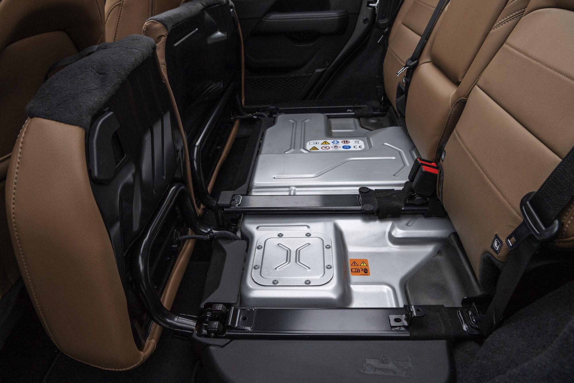 Харчування для електромоторів забезпечує розташована під заднім рядом сидінь батарея на 17 кВтг