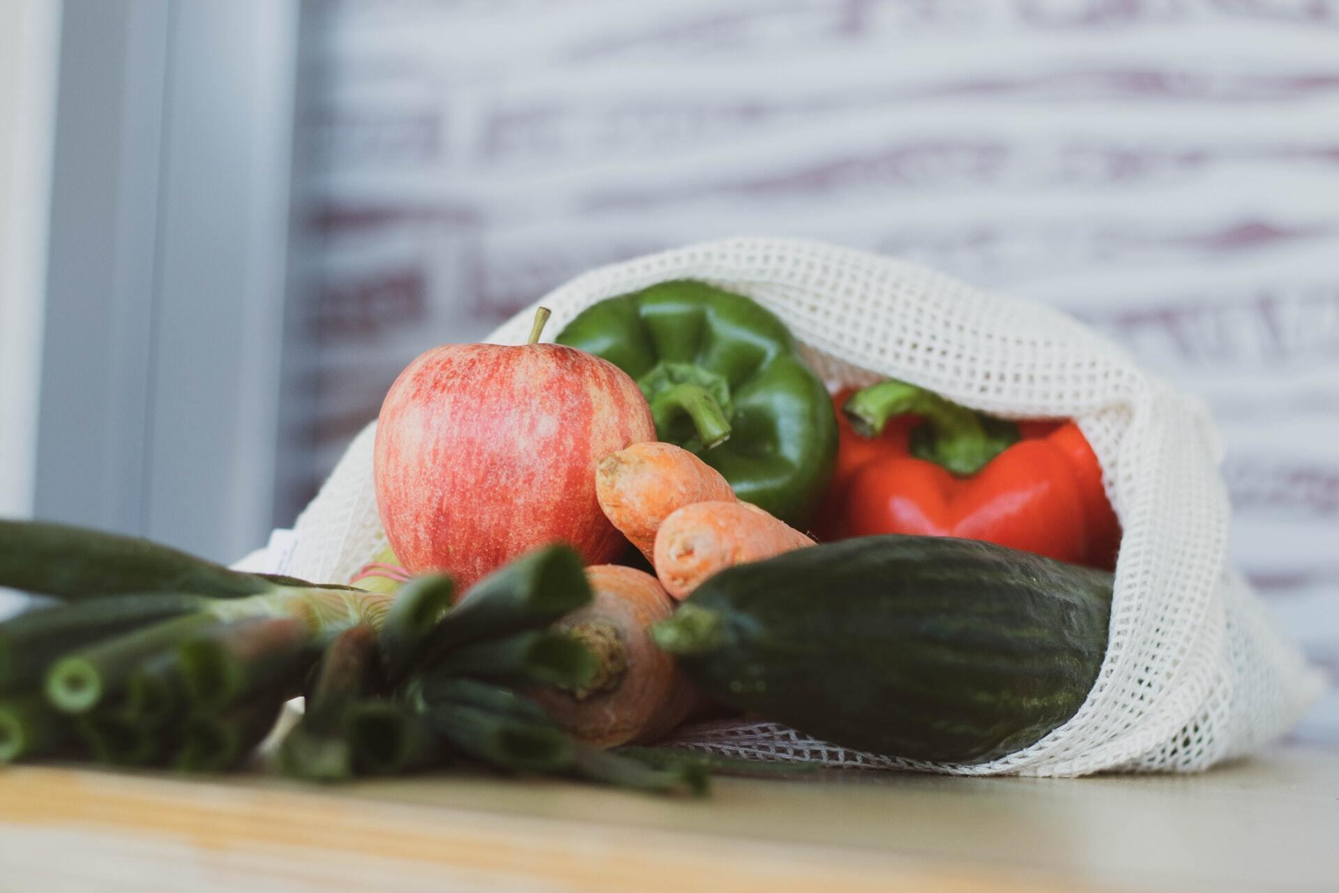 Твердые продукты, такие как, например, огурцы, стоить протереть чистой щеткой для продуктов