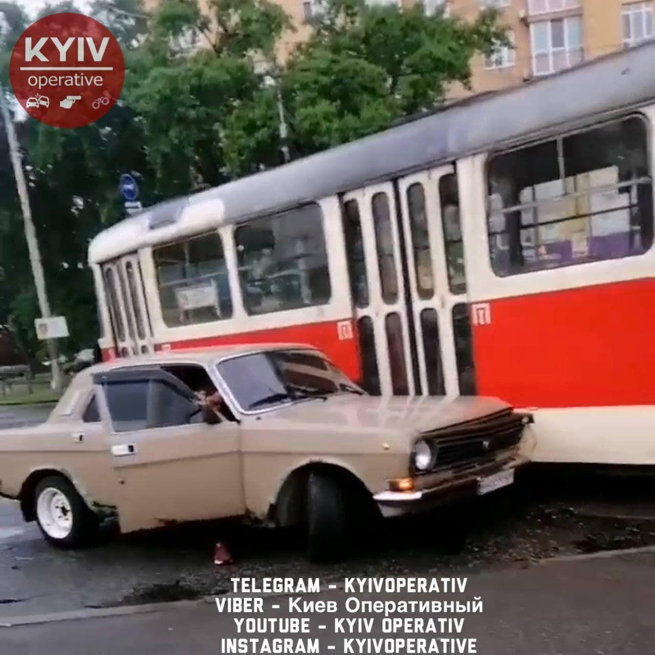 """Аварія сталася біля станції метро """"Чернігівська""""."""