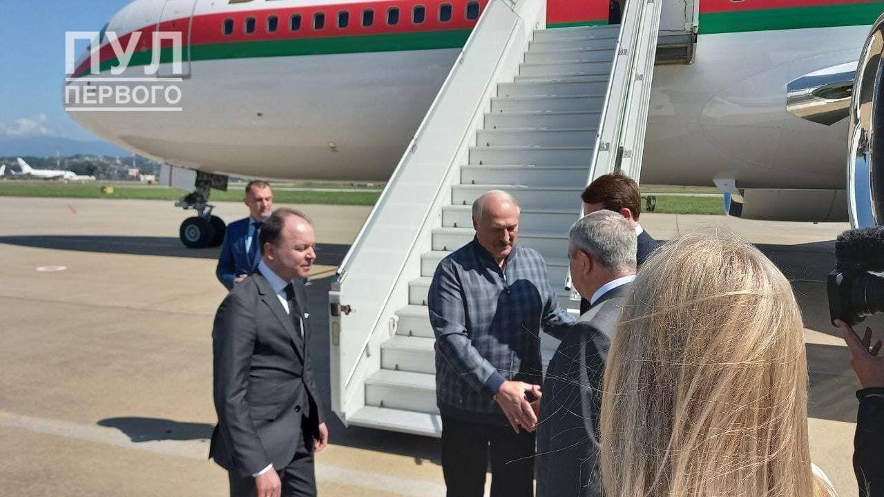 Лукашенко вийшов із літака в неформальній картатій куртці