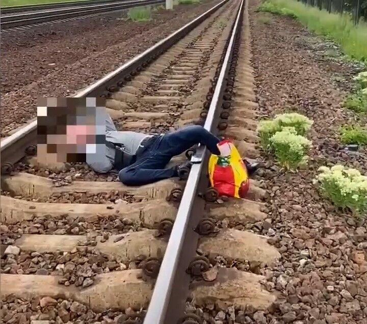 Мужчину нашли лежащим на путях.
