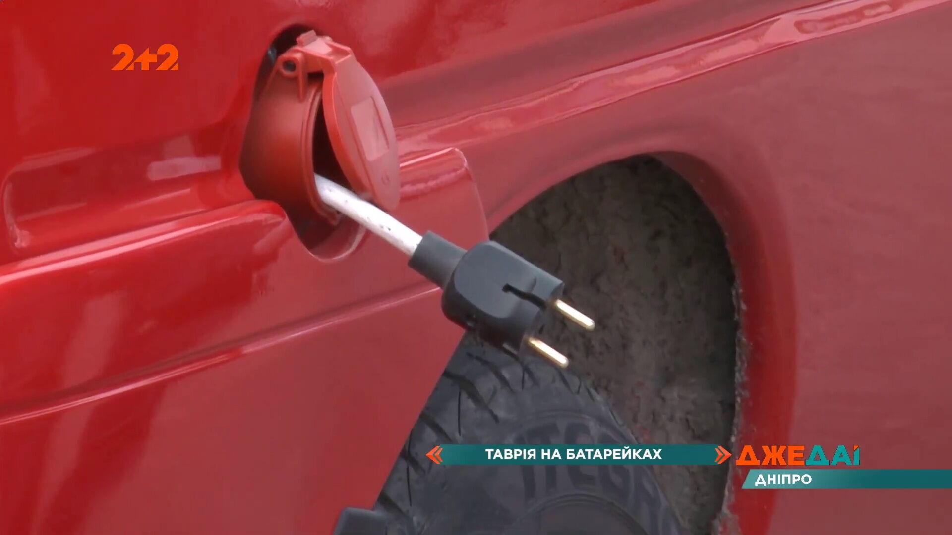 В заливной горловине для топлива скрывается кабель со штекером для подключения к обычной розетке