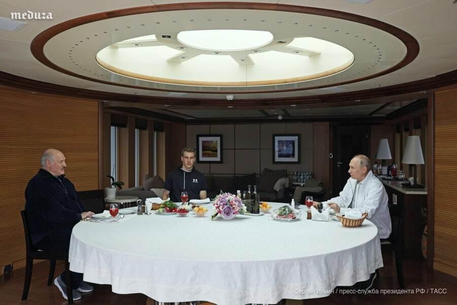 Лукашенко обідає з Путіном.