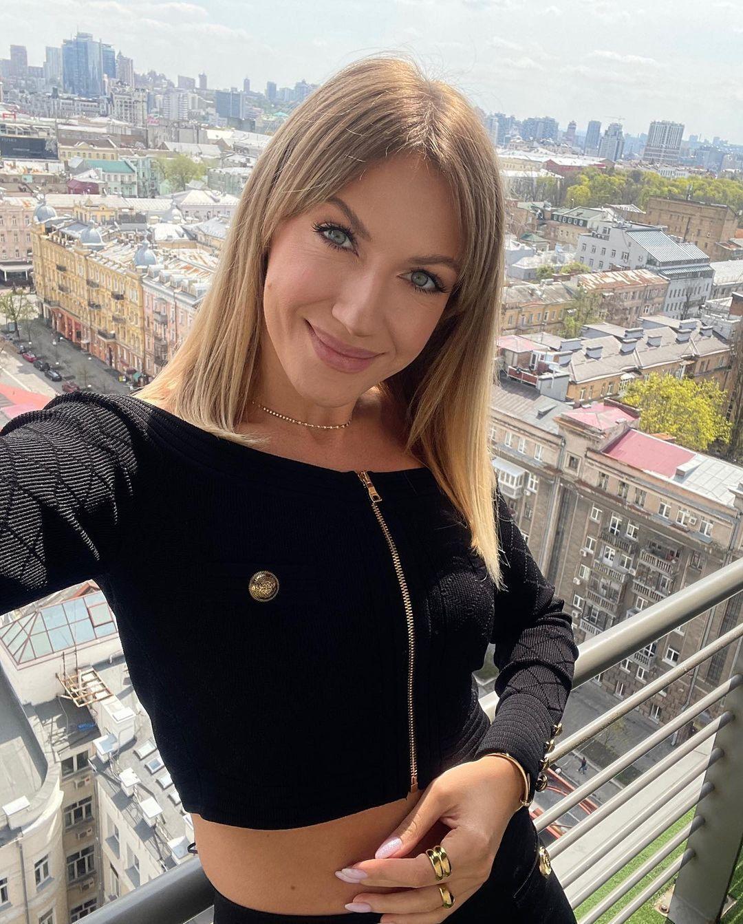 Леся Нікітюк позувала в короткому чорному топі