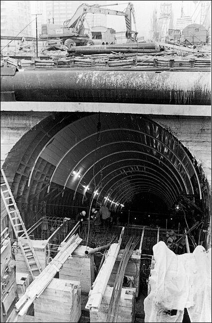 Спорудження фундаменту під верхній ескалатор.