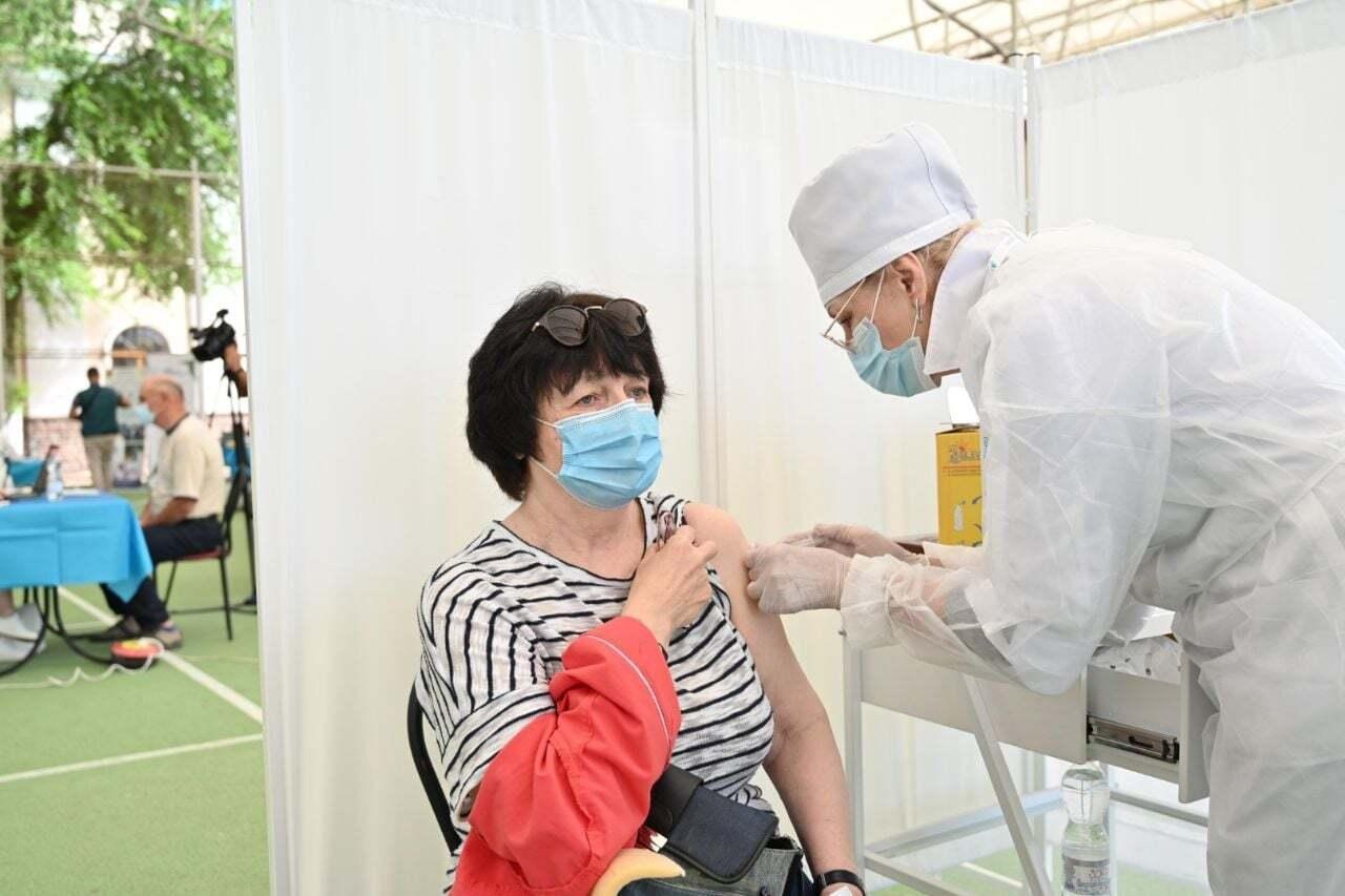 Українку вакцинували в ЦВН