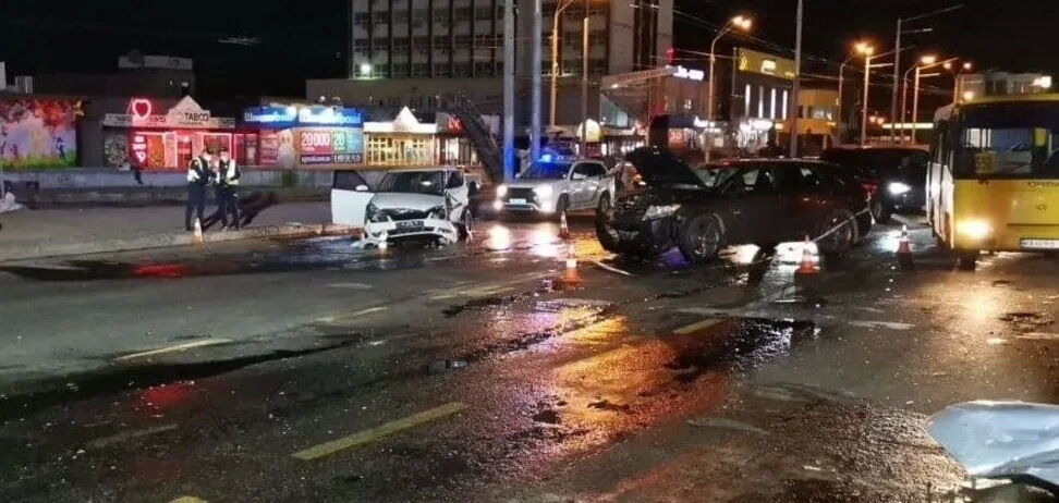 Произошла авария с участием четырех автомобилей.