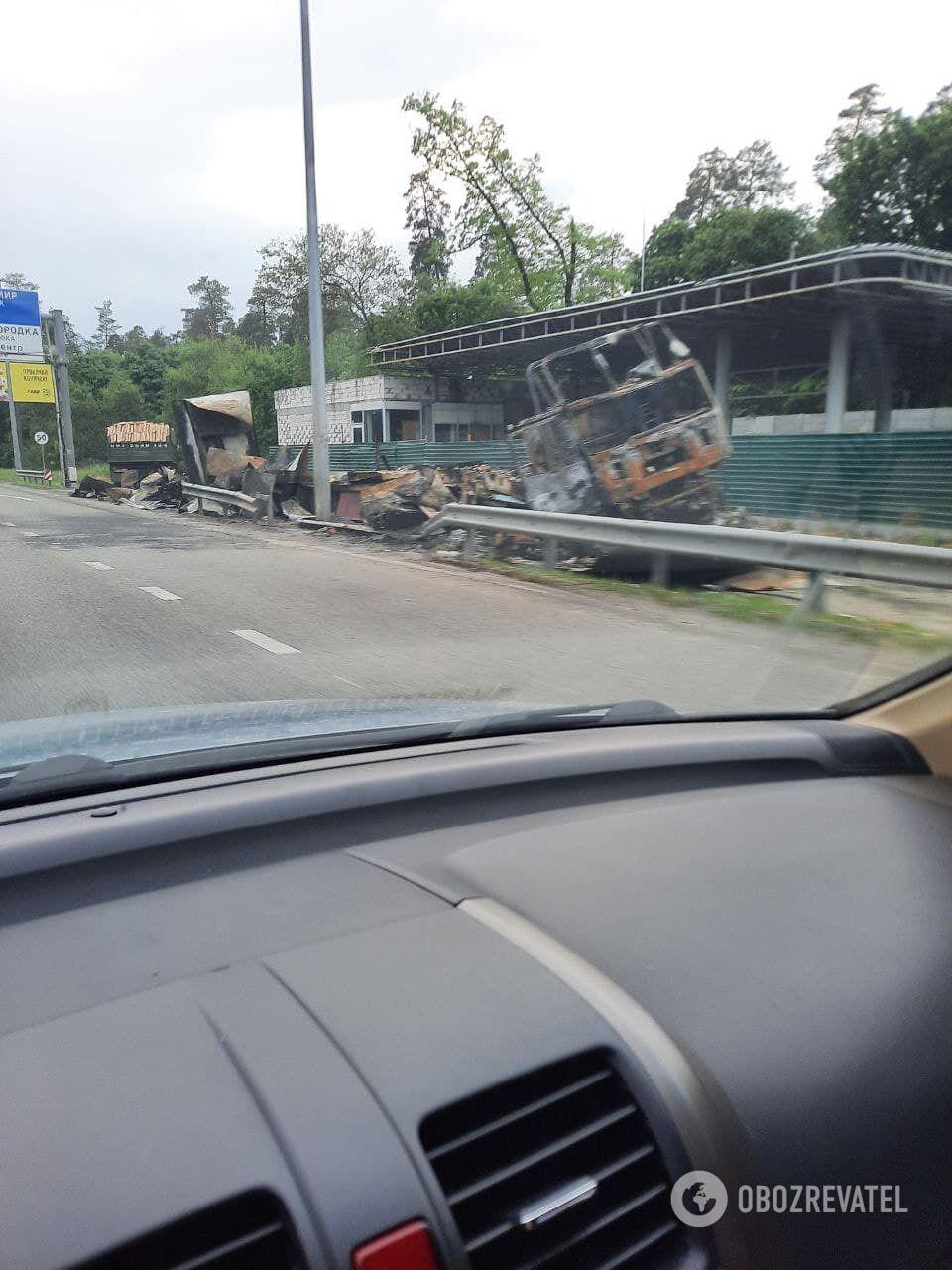 Сгоревший грузовик оттащили на обочину.