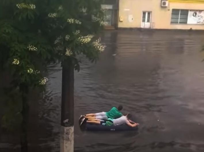 Житомирцы плывут на матрасе по улице.