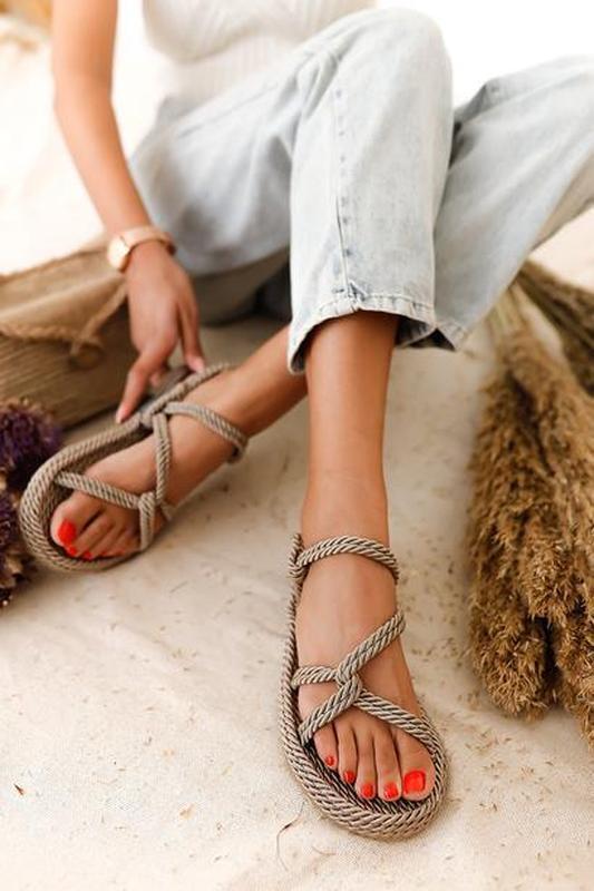 Модные веревочные сандалии