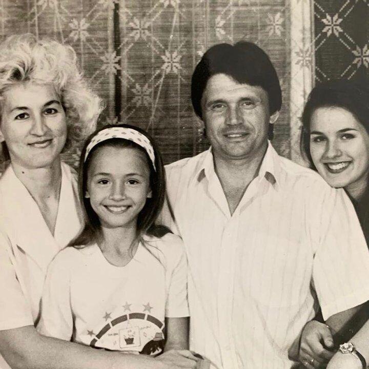 Маша Ефросинина с родителями и младшей сестрой Лизой