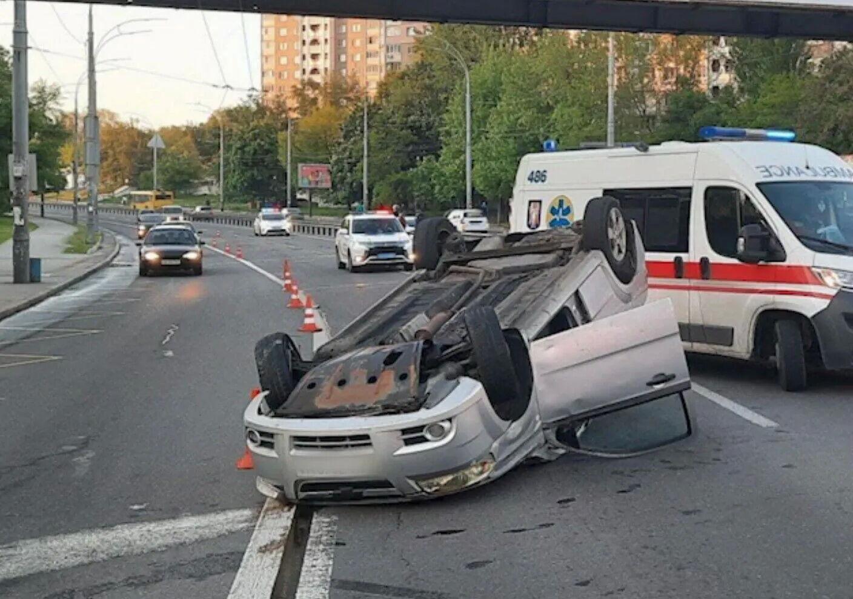 В результате ДТП Chevrolet перевернулся на крышу.