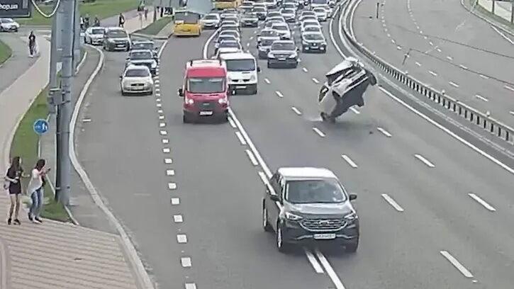 Машину подбросило, после чего она перевернулась.